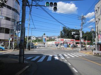 ガソリンスタンド(mobil)のある南町二丁目交差点を左折