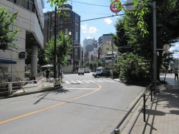 みずほ銀行と国分寺駅南口のロータリーを通り抜けて松屋の前を通過