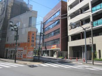 藤和ハウスとチケット大黒屋のある交差点を右手前方向に進むと右側の茶色のビルの4階が事務所です。